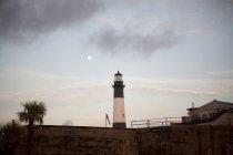 Luna llena pone sobre Faro de la isla de Tybee cerca de Savannah - foto de stock