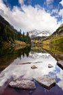 Maroon Bells peaks reflected in Maroon lake in the fall. Rocky Mountains, Aspen, Colorado — Stock Photo