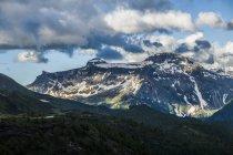 Вид на горы вокруг Devero долине, Лепонтинские Альпы, на рассвете. Оссола, Италия — стоковое фото