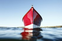 Крупним планом подання човен на воді — стокове фото