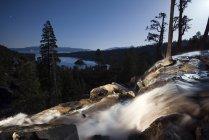 Орел Falls, освітлені вночі з смарагдово-Бей і озера Тахо у фоновому режимі в озеро Тахо, штат Каліфорнія — стокове фото