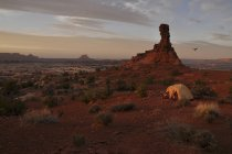 Sun sets across a tent campsite perched on the edge of the Maze District of Canyonlands National Park, Utah — Stock Photo