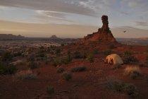Солнце садится через палатка кемпинг, расположенный на краю лабиринт район Canyonlands национального парка, Юта — стоковое фото