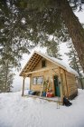 Exterior da cabana de Rendezous no Methow Valley, Washington num dia de inverno — Fotografia de Stock