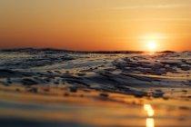 Blick auf den farbenprächtigen Sonnenuntergang über Wellen und Wellen in Nicaragua — Stockfoto