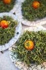 Избирательный подход, свежие помидоры и ростки на тайский уличный рынок — стоковое фото