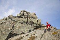 Альпинист вниз поднимается скалистых саммита в Британской Колумбии, Канада. — стоковое фото
