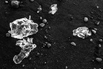 Glacial ice from Breiamerkurjkull on beach of coast at Breiamerkursandur, Iceland — Stock Photo