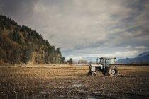 Vecchio trattore parcheggiato nel mezzo del campo dell'azienda agricola a Chilliwack, Bc, Canada — Foto stock