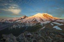 Nieve con Mount Rainier en hermosa puesta de sol, Washington, Estados Unidos - foto de stock