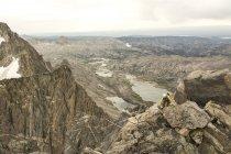 Danika Gilbert escalade Indian Paintbrush, Mont Sacagawea avec Fremont Peak dans le haut gauche, bassin de Liam, Cordillère de Wind River, Pinedale (Wyoming). — Photo de stock