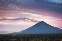 Steam coming from Mount Sinabung, Gunung Sinabung at sunrise — Stockfoto