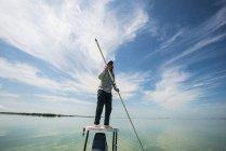 Hombre polarización un barco pisos en Bahía de la Florida cerca del Parque Nacional Everglades en Florida. - foto de stock