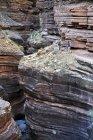 Gli escursionisti a piedi lungo Deer Creek Narrows nel Grand Canyon di fuori di Fredonia, Arizona novembre 2011. Il ciclo di 21,4-mile inizia presso il sentiero di Bill Hall sul North Rim e scende 2000-piedi in 2.5-miglia attraverso Coconino Sandstone al livello Es — Foto stock