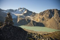 Cairn marchi sentiero che conduce al Monte Cook, alto sopra Wedgemount Lake in Garibaldi Provincial Park — Foto stock