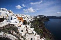 Гарний білий будинок на узбережжі моря в Санторіні, Греція — стокове фото