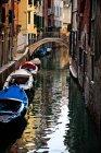 Couleur des bâtiments reflète sur l'eau d'un canal à Venise, Italie — Photo de stock