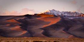 Dunes de sable et les sommets des montagnes — Photo de stock