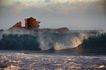 À procura de ondas surfar em uma viagem através do continente, México — Fotografia de Stock