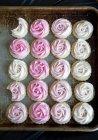 Свіжих рожевих матового чай куки на добре улюблені cookie лоток — стокове фото