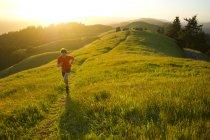 Людина біжить стежок в Headlands Marin в Каліфорнії. — стокове фото