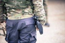 Ein Mann im Camo Gang trägt ein Gewehr und Schutzbrillen — Stockfoto