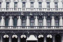 Внешний вид Procuratie Vecchie, здания вдоль северной стороне площади Пьяцца Сан-Марко, дом известного Caffe Quadri в Венеции, Италия — стоковое фото