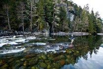 Un moucheur traversant une rivière à Squamish, en Colombie-Britannique. — Photo de stock