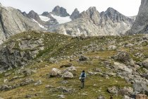 A woman hiking along trail into Titcomb Basin in the Wind River Range, Bridger Teton National Forest,  Pinedale, Wyoming. — Stock Photo