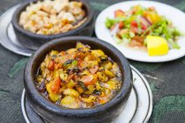 Типичный турецкое блюдо с горячий горшок картофелем и салатом. — стоковое фото