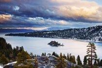 Las nubes están iluminadas al atardecer sobre la bahía de la esmeralda en el invierno, California - foto de stock