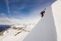 Людина піднімається сторони snowy пік під час катання на лижах Серро Creston, El Chalten, Патагонії, Аргентина — стокове фото