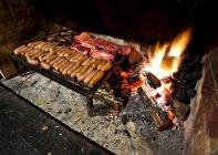 Загружен с большим количеством мяса гриль — стоковое фото