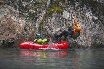 Evan Howard Rappels une falaise vers la rivière Chehalis et dans un Packraft — Photo de stock