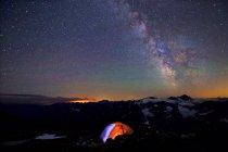 Кемпинг палатки под Млечный путь в красивом ночном небе — стоковое фото