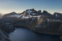Вид на озеро Fjerddalsvatnet к Munken и окружающие горы, Лофотенских островах, Норвегия — стоковое фото