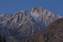 Lone Pine Peak en la Sierra oriental justo antes del amanecer en California - foto de stock