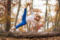 Eine Frau tut Yoga im Herbst In Neuengland — Stockfoto