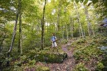 Un uomo escursioni lungo l'Appalachian Trail — Foto stock