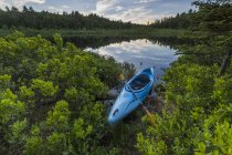 Каяк на березі раунд ставок з відображенням на воді в Barrington, Нью-Гемпшир — стокове фото