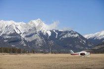 Літак, припарковані на відкритому полі в аеропорту яшма в Національний парк Джаспер, Сполучені Штати Америки — стокове фото