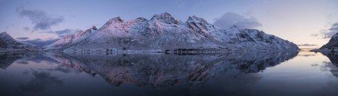Bagliore morbido crepuscolo di dicembre Mrketid, notte polare in Skjelfjord, Flakstady, Isole Lofoten, Norvegia — Foto stock