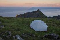 Campamento salvaje en Cumbre de Veinestind, Islas Lofoten, Noruega - foto de stock