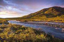 Fiume al tramonto nel Parco nazionale del Lago Clark e Preserve, Alaska, Stati Uniti — Foto stock