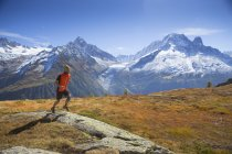 Male runner on mountain pasture near Chamonix with spectacular Mont Blanc range in background — Stock Photo