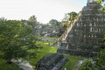 Vista panorámica del templo de Tikal, las ruinas de la antigua ciudad maya de Tikal en Guatemala - foto de stock