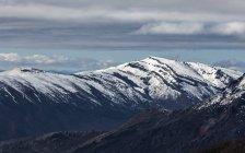 Живописный вид на заснеженные горы в Серро-Катедраль в Аргентине — стоковое фото