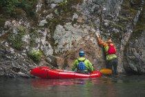 Evan Howard monte un mur de Canyon accédé à partir d'un Packraft. — Photo de stock