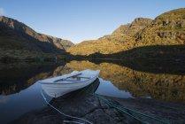 Festgemachten Ruderboot am Ufer des Sees Trolldalsvatnet, Moskenesy, Lofoten Inseln, Norwegen — Stockfoto