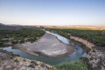 Río Verde curvas alrededor de una curva profunda en un paisaje árido desierto en la frontera de nosotros y México - foto de stock